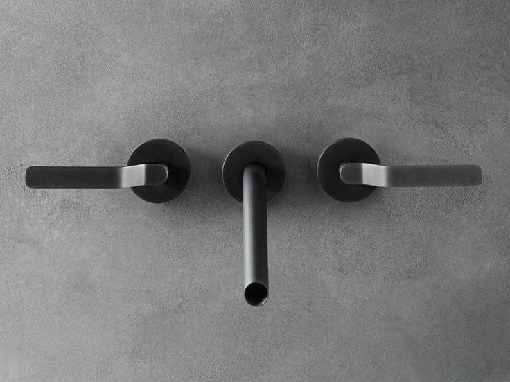 Boffi GARDEN Rubinetto per lavabo a 3 fori a muro in acciaio inox finitura PVD grigio sabbiato. Gamma completa: miscelatore da piano movimento progressivo – miscelatore lavabo/doccia da parete movimento progressivo – rubinetto lavabo da piano e da parete – 3 fori lavabo da parete e da piano – bocca lavabo da piano 2 altezze – bocca inclinata da bidet – bocca inclinata da lavabo a parete 2 lunghezze - bocca lavabo da piano 2 altezze – bocca da bidet – bocca da lavabo a parete 2 lunghezze.
