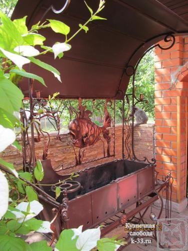 http://k-33.ru/galereya--kovanie-mangali-s-krishei-foto-ur-11 На фото оригинальный кованый мангал, да ещё и с крышей. Фотография кованого мангала сделана сотрудниками ТМ «Кузнечная слобода» после его установки и сдачи его в эксплуатацию. Оригинальное оформление такого мангала дополнит вид Вашего сада и подчеркнет Вашу индивидуальность и состоятельность.