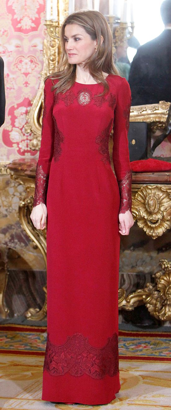 Letizia, spectacular with a long red dress of Felipe Varela, during the reception to the credited diplomatic body in Spain.