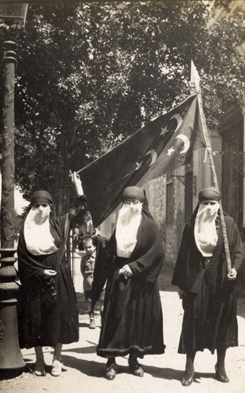 Египетские женщины во время революции, 1919 год.