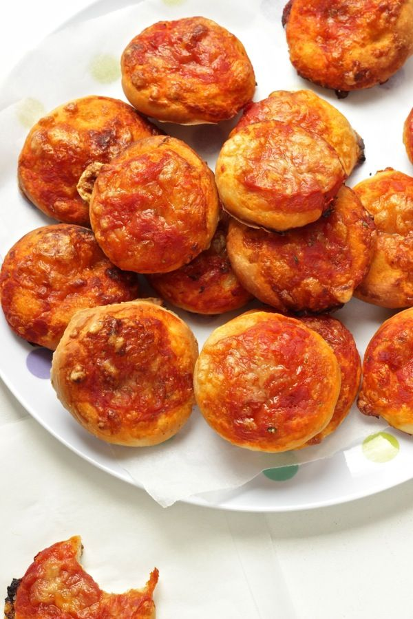 Per 40 pizzette morbide: 500g farina 0-50g olio evo-100g latte-1 uovo-100/120g acqua-1 bustina lievito birra disidratato-20g zucchero- 15g sale per il condimento: 400g passata pomodoro- 200g provola/scamorza/mozzarella-origano- 4 cucchiai olio-sale la presenza dell'uovo garantisce una morbidezza anche da fredde e per essere surgelate. le faccio anche con il burro in pari quantità.