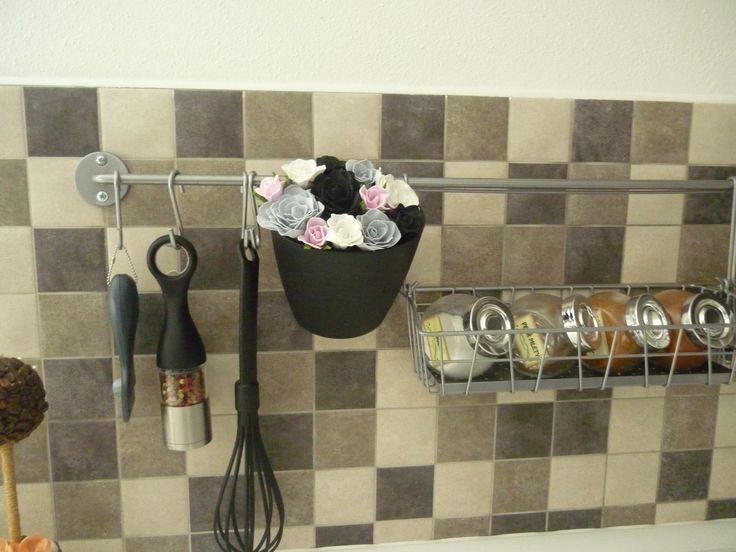 růže v kuchyně celoročni dekorace, lze zavěsit na lištu nebo na stěnu. Rozměry výrobku Výška: 14 cm Šířka: 13 cm