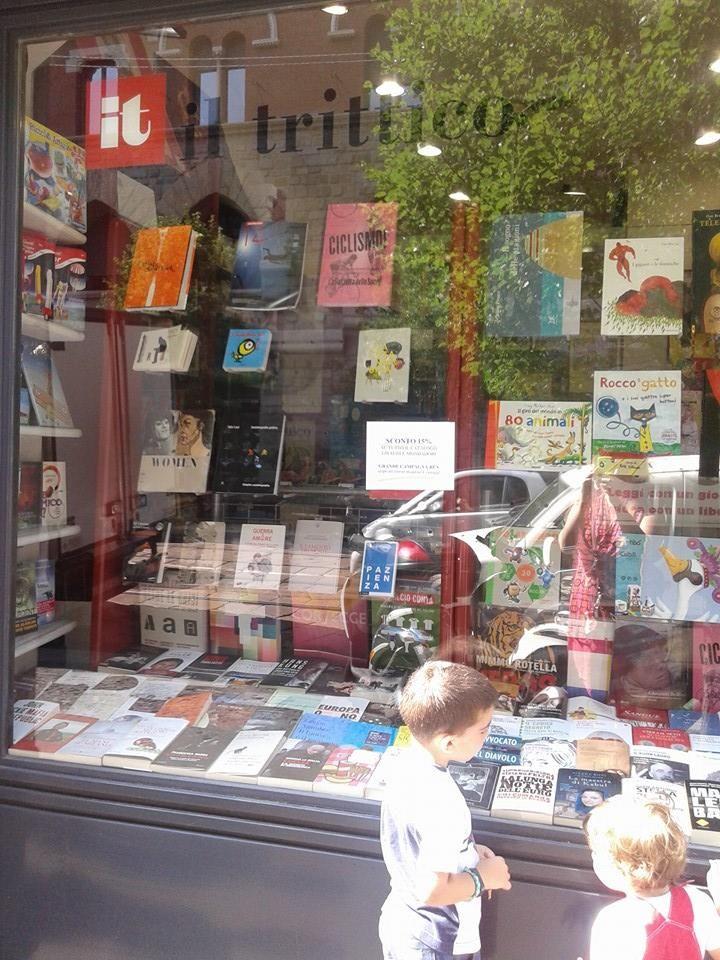 Quale libro in vetrina ha attratto l'attenzione di questi bambini? Il nostro, naturalmente!