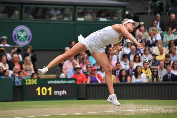 テニス、ウィンブルドン選手権(The Championships Wimbledon 2014)、女子シングルス決勝。サーブを打つユージェニー・ブシャール(Eugenie Bouchard、2014年7月5日撮影)。(c)AFP/GLYN KIRK ▼6Jul2014AFP|クヴィトバが3年ぶりのウィンブルドン制覇、ブシャール寄せつけず http://www.afpbb.com/articles/-/3019762 #The_Championships_Wimbledon_2014 #Eugenie_Bouchard
