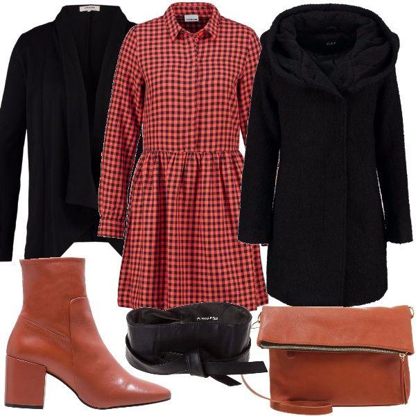 Per questo outfit: vestitino a quadretti manica lunga da chiudere in vita con cintura alta a fascia, cardigan nero morbido, cappottino nero, stivaletto dal tacco largo e tracollina dello stesso colore.