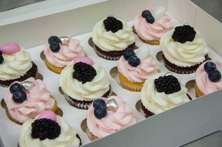 Na začátku týdne ukážu vám cupcakes. Přeji vám všem hezký týden.  Начнем неделю с капкейков. Всем хорошей недели.  #cupcake #cupcakespodebrady #cupcakes #handmade #ostruziny #boruvky #maffin #krem #dezert #sweetcakes #podebrady #praha  #jidlo #food #homemade #cakestagram