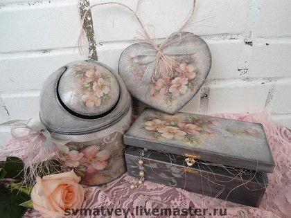 Набор для ванной `Черный жемчуг`. Набор для ванной комнаты в жемчужно-серых тонах с  в розовато-персиковыми акварельными розами. Выполнен в технике художественный декупаж. С элементами трафарета и легким состариванием.   Состоит из мини-мусорки и…