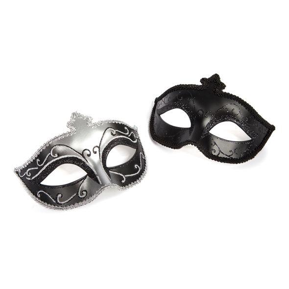 DÚO DE MÁSCARAS ERÓTICAS Lujoso y Elagante dúo de Máscaras. Oculta Tu identidad, aumenta el misterio y haz realidad Tus Fantasías con este exquisito diseño de Cincuenta Sombras. Siéntete en un baile de Máscaras con ellas, añade un toque erótico y enigmático a tus momentos de Pasión. Precio: 18,95€.