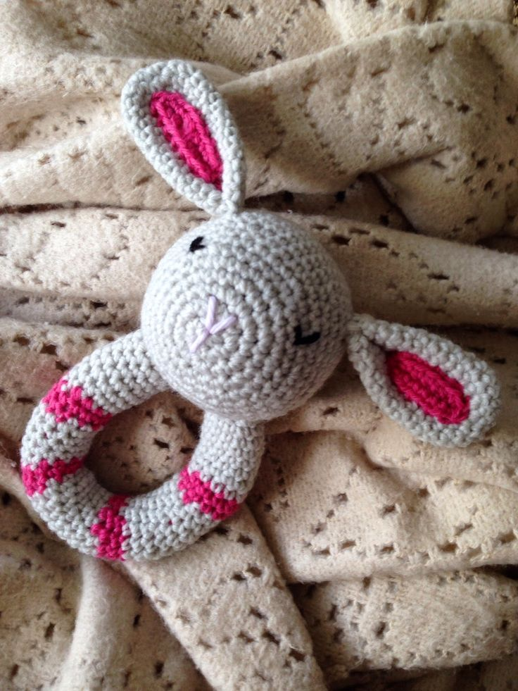 This is such a lovely project to make, it is crochet, it is sweet and it makes a lovely gift. This one I made for my friend's baby Guadalupe to enjoy. You can find the pattern from Pica-Pau for free
