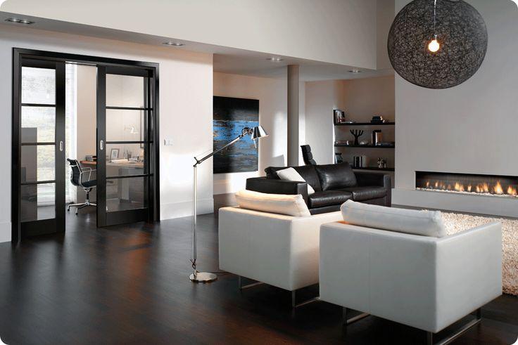 Zwarte vloer en kozijnen, witte meubels