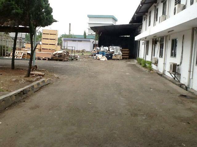 """JUAL CEPAT"" Tanah dan bangunan tua (sudah dipagar keliling) di daerah Kampung Melayu (pinggir Jalan Raya) SHM (6 buku) atas 2 nama Luas ± 13.000 m² (lebar muka ± 30 m², luas bangunan ± 200-300 m²) Harga Rp 5 juta/m² (NEGO)Tanah Dan Bangunan Di Depan Pabrik Gajah Tunggal (For Serious Buyer Only)"
