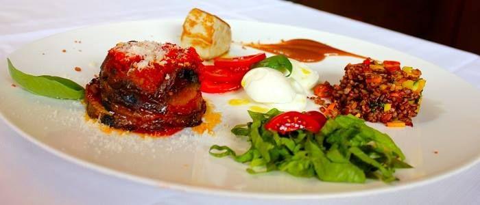 Di carne, pesce o vegetariano ... ogni giorno tre squisite proposte per il vostro pranzo in centro città..  Ecco una delle creazioni dei nostri chef: tortino di melanzane, riso rosso con verdure, tonno, insalatina con mozzarella e a seguire il dolce del giorno! Una vera delizia a soli € 15,-  #lunch #verona #alcristo