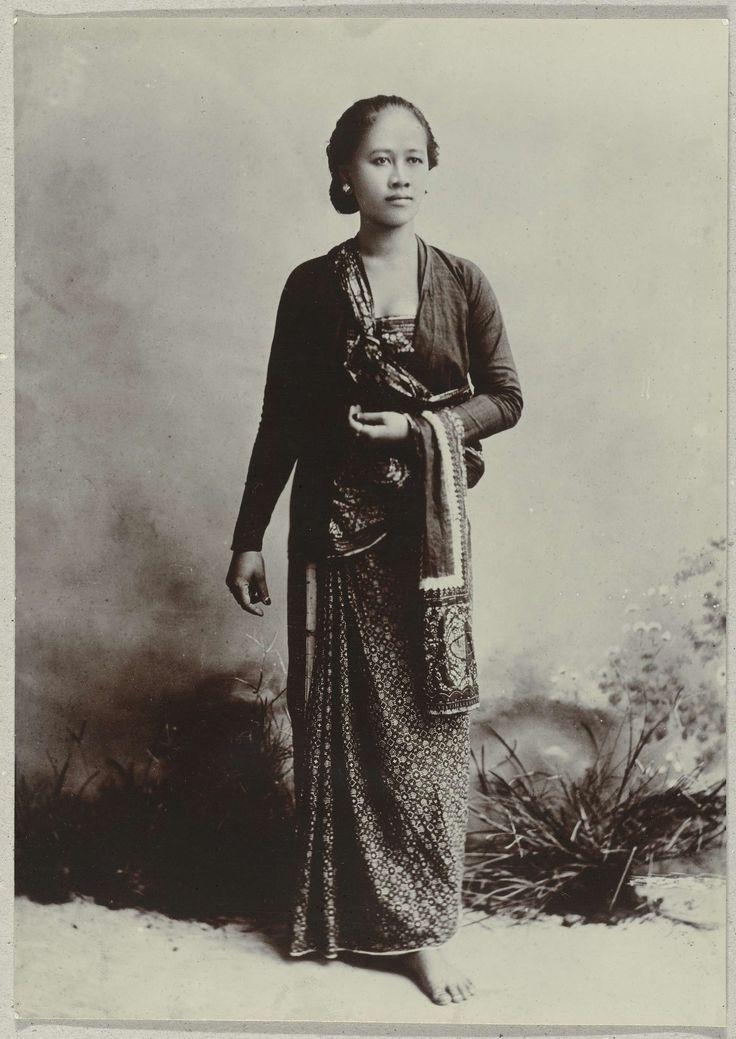 Studioportret van ene jonge Javaanse vrouw, Kassian Céphas, c. 1870 - c. 1912