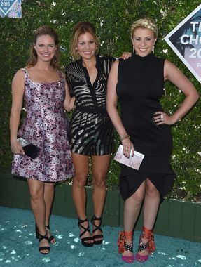 2016 Teen Choice Awards winner Candace Cameron Bure and her 'Fuller House' costars Andrea Barber and Jodie Sweetin proved they're just as glam as ever! (Awesome shoes, Jodie!)