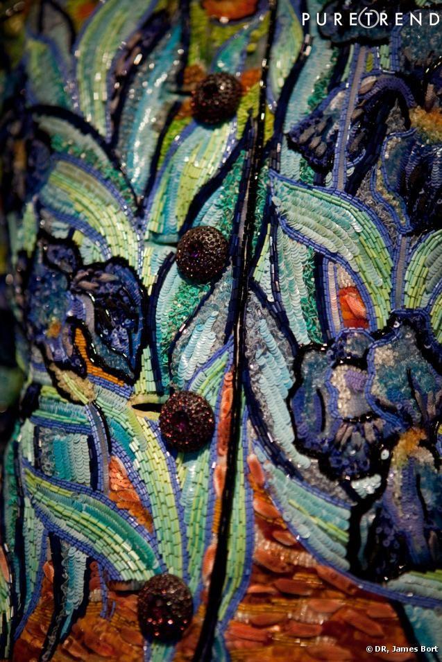 Détail de broderie Lesage : hommage à Vincent Van Gogh, collection Yves Saint Laurent Haute Couture, veste brodée de paillettes et de perles, printemps-été 1988