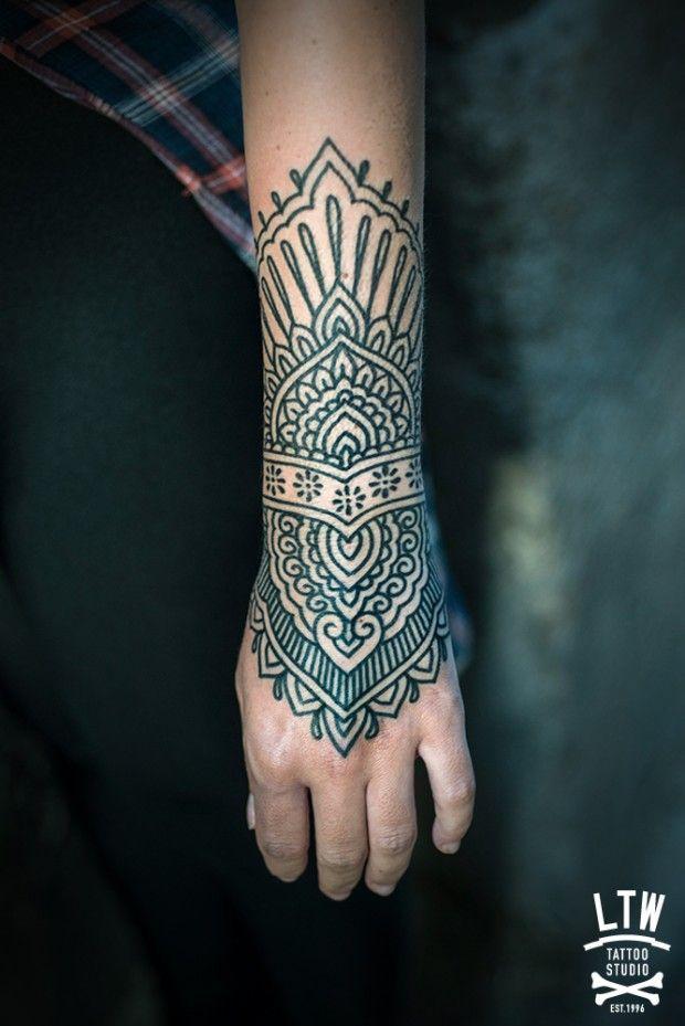LTW Tattoo, un studio de tatouage à Barcelone fourmille d'artistes talentueux dont Jorge Teran, mon focus du jour.  Son style est plutôt traditionnel, basé sur plusieurs cultures ancestrales, mais il réalise également des tatouages plus modernes, géométriques, en gros, son talent n'a pas vraiment de limite. Mandala, mudra, mehndi, style ethnique, lignes, points, traits fins, aplats…. Ses réalisations sont principalement en noir et blanc mais il assure tout autant pour les demandes en…