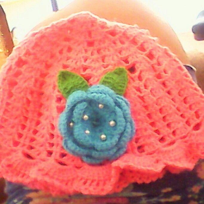 Lindo gorro a crochet color coral verde y azul