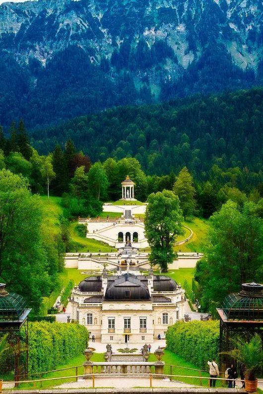 Schloss Linderhof liegt im Graswangtalin der Nähe der Gemeinde Ettal, Bayern....