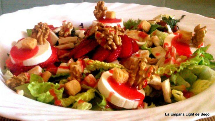 Ensalada con rulo de queso de cabra y vinagreta de fresas