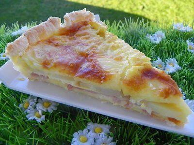 TARTE RACLETTE (thermomix) 20 tranches de fromage à raclette 4 tranches de jambon 1 pâte feuilletée 3 pommes de terres cuites coupées en tranches 2 œufs 250 g de crème fraîche poivre