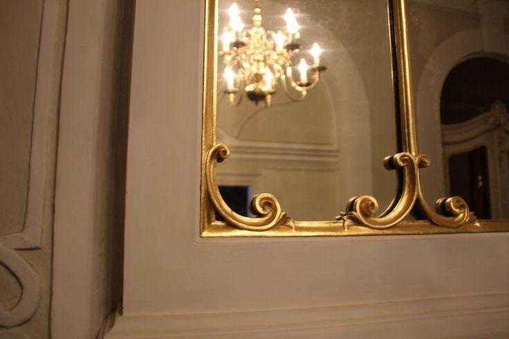 Beeindruckend mächtiger #Spiegel aus dem #Barock mit #Kronleuchter