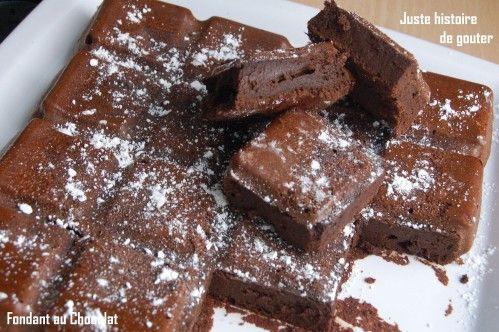 """Une recette que j'ai apprécié et qui vient de Piroulie de """"Pâtisseries et Gourmandises"""" . Un gâteau au chocolat bien fondant, sans beurre et sans farine mais que je n'ai pas pu classer dans les légers car il est 100% CHOCOLAT. Dans le Moule Tablette Flexipan..."""