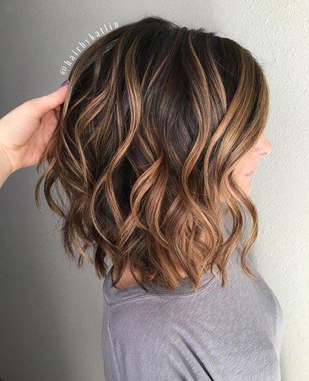 Kurzes braunes Haar mit Karamell-Highlights