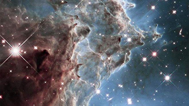 Grâce au télescope Hubble, on peut découvrir les photographies impressionnantes des gaz et des poussières qui se trouvent à des milliers d'années-lumière de la planète Terre.  De la montagne mystique longue de trois années-lumière à la NGC 1300, une galaxie située à 61 millions d'années-lumière, les images de la Nasa sont à couper le souffle. Elles ont été publiées sur le site Géo.fr.