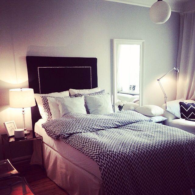 Hemmagjord sänggavel i mitt mysiga sovrum. Minst 8 kuddar är ett måste!