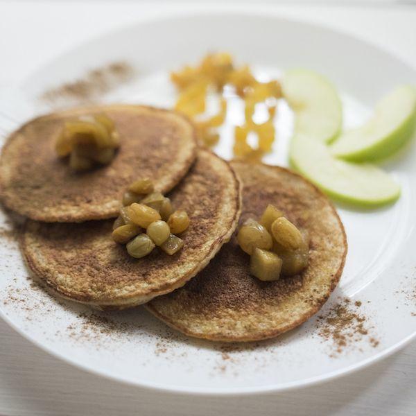 Тыквенные блины с корицей и медово-яблочным соусом- цельнозерновая овсяная крупа, тыква, яйцо, молоко низкой жирности, корица, яблоки зеленые, изюм, мед.