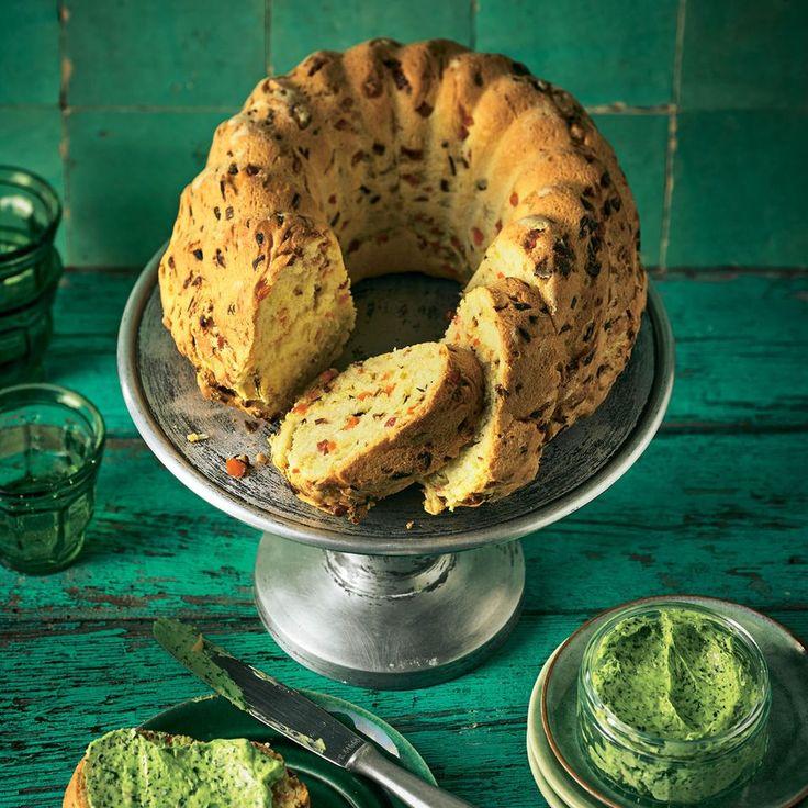 """Elsässer Gugelhupf mit geröstetem Suppengrün - """"Durchs Rösten verliert das Gemüse an Wasser und gewinnt dafür an Aroma, das es dann gemeinsam mit den Schinkenwürfeln im Hefeteig verbreitet. Einfach köstlich!"""""""