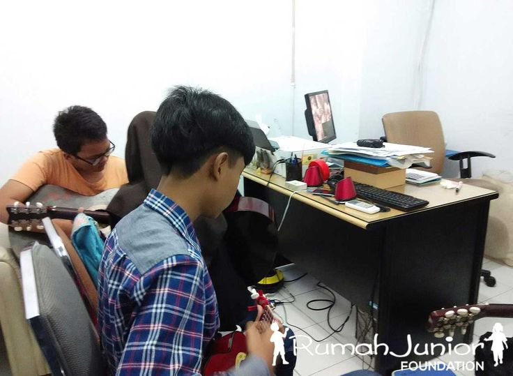 Rumah Junior mengajarkan Kelas Vocal & Musik bagi anak-anak Pra-sejahtera  Pukul 11.00 - 16.00 wib, bertempat di Ruko mutiara taman palem blok A-17 No. 38, Cengkareng, Jakarta Barat