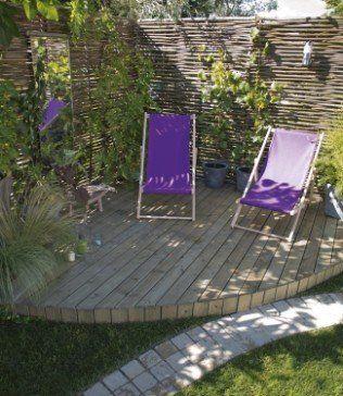 Terrasse bois arrondie accueillante et verdoyante