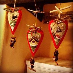 """Alcune delle decorazioni invernali della stanza """"Bianca e nera"""", realizzate in collaborazione con la bottega artigianale Fila Fiabe di Aquileia."""