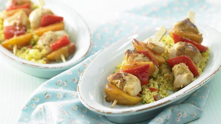 Das Fleisch wird in einer Mischung aus Orangensaft, Rapsöl, Currypulver und Aprikosenkonfitüre mariniert: Hähnchenspieße mit Couscous | http://eatsmarter.de/rezepte/haehnchenspiesse-couscous