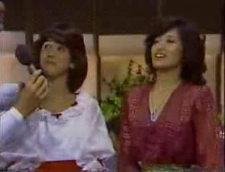 ご存知の通り、70年代を駆け抜けた山口百恵は1980年の秋に21歳で引退する。そして、それにクロスオーバーするような形で80年の春に18歳でデビューしたのが松田聖子だ。結果的に彼女たちの活動がオーバーラップしたのは半年間だけであるが、この時期に2人が放っていたオーラは明らかに異質だった。