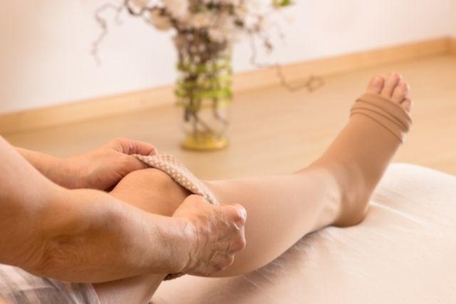 DOR NAS PERNASA pode ter diversas causas, como má circulação, dor ciática, varizes, excesso de esforço físico ou neuropatiae, por isso, para identificar a sua causa deve-se observar o local exato e as características da dor, assim como se as duas pernas são afetadas ou somente uma.