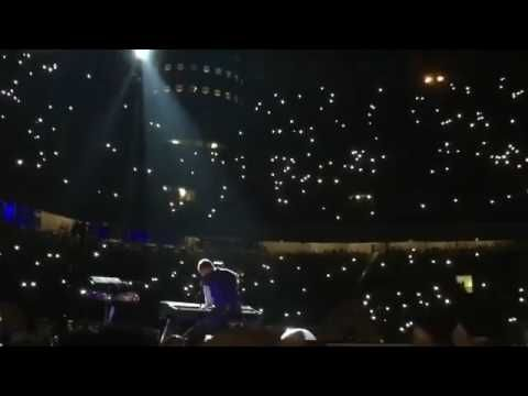 Chris Martin discovers a spider on his piano during Everglow (Milan July, 3) - #YouTube . . #worldwithoutmusic #nx7 #veryimportantpeople #coldplay #music #milano