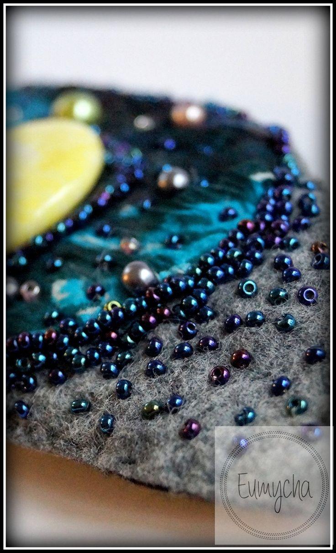Kawałek jedwabnej szyfonowej bluzki, troszkę koralików, kawałek filcu i powstała taka księżycowa bransoletka ;)