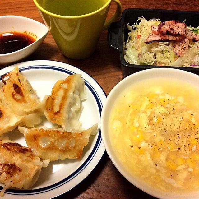 今日の夕飯(≧∇≦) 実家でまとめ買いしてる冷凍餃子! スープはコーン缶を汁ごとグツグツ、鶏ガラスープの素、溶き卵、片栗粉でとろみをつけるだけ〜 サラダはカット野菜に無印のチビ袋おつまみ『いかあしカルパッチョ』を乗せてイタリアンドレをかけただけ〜 - 23件のもぐもぐ - 焼き加減バラバラ餃子、簡単中華風コーンスープ 2015.2.9 by kirahime