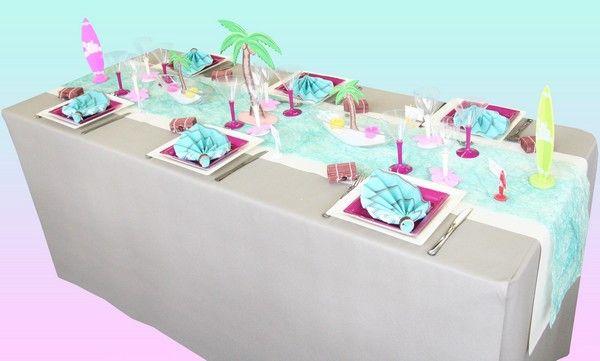 Des couleurs vives, des palmiers, du sable, des planches de surf : cette décoration de table nous transporte sur une plage tropicale ! Le rêve éveillé !