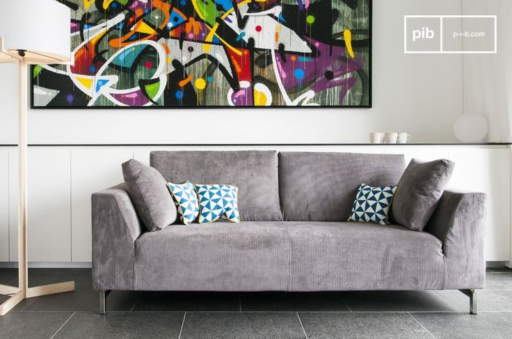 Un divano di stile realizzato con velluto a coste, e con una base cromata dal design degli anni '60.  I colori arancione e blu, che sono disponibili su richiesta, si abbinano perfettamente al look retro di questo prodotto.
