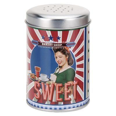25,00 DKK. Metal strødåse: Sweet Bakery Shop. Amerikansk inspireret strødåse i retro design. Med teksten Sweet Bakery Shop.  Dåsen er lavet i metal, og har et låg med huller der gør det nemt at drysse eksempelvis kakao, flormelis eller kanel.  Strødåsen måler 10 x 7 cm.