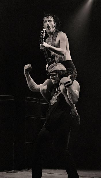 1982/10/03 - GBR, Manchester, Apollo Theatre | Highway To ACDC : le site francophone sur AC/DC
