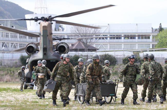 地震の影響で孤立していた東海大阿蘇キャンパスに支援物資を届ける自衛隊員=熊本県南阿蘇村