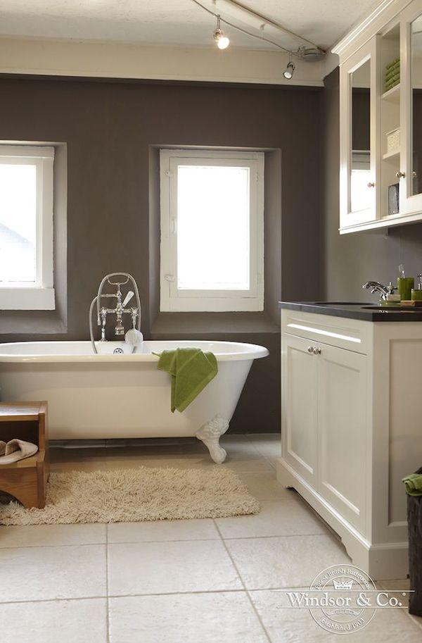 Mooie landelijke badkamer met mat grijze muur en stijlvol wit bad op pootjes en landelijk - En grijze bad leisteen ...