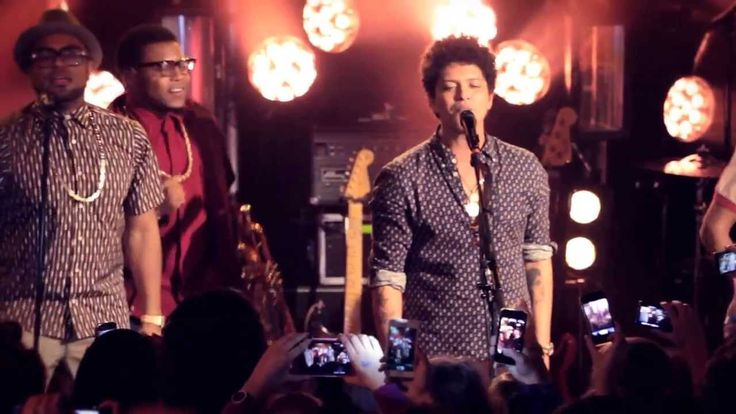 OMG!!!! It would have been so freakin awesome to be there in the front row jammin with Bruno. Just watching it makes want to dance. Now he will never do a small venue like that again:(