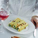 Scopri la ricetta di Sale&Pepe per preparare dei succulenti cannoli con crema di baccalà e spinacini: un primo piatto dal gusto delicato e avvolgente.
