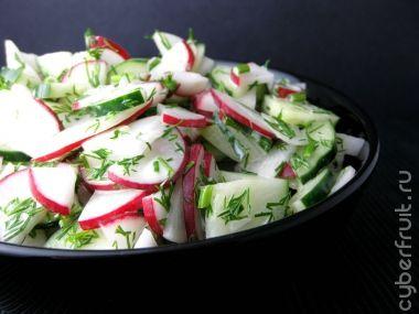 Салат с редиской, огурцами и укропом