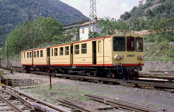 Petit train jaune (SNCF). Villefranche de Conflent (France). 1980.